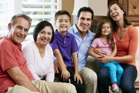 hispanic boy: Retrato de la familia de generaci�n m�ltiple
