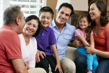 abuelos: Generaci�n de la familia multi descansando en su casa, junto Foto de archivo