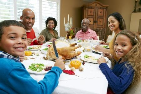 family eating: Generaci�n de la familia multi Celebraci�n de Acci�n de Gracias Foto de archivo