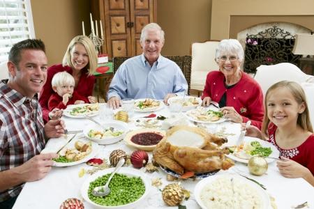 cena navide�a: Familia Generaci�n Multi celebran con comidas de Navidad
