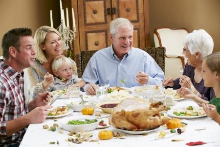 familia comiendo: Generaci�n de la familia multi Celebraci�n de Acci�n de Gracias Foto de archivo