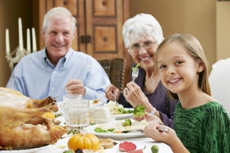 Nieta Celebraci�n de Acci�n de Gracias con los abuelos photo