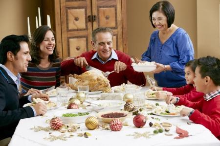 cena de navidad: Generaci�n de la familia multi Celebrando Navidad Con Alimentos Foto de archivo