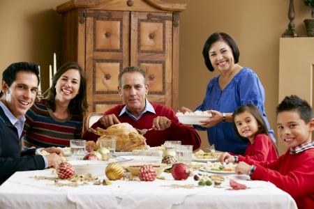 comida de navidad: Generación de la familia multi Celebrando Navidad Con Alimentos Foto de archivo