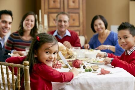 family eating: Generaci�n de la familia multi Celebrando Navidad Con Alimentos Foto de archivo