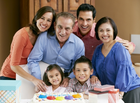 abuelos: Generaci�n de la familia multi celebrando el cumplea�os de los ni�os Foto de archivo