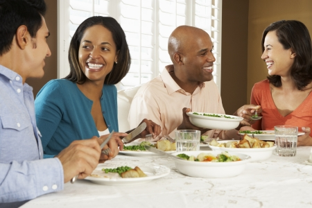 grupo de hombres: Grupo de amigos que disfrutan de comidas en el hogar