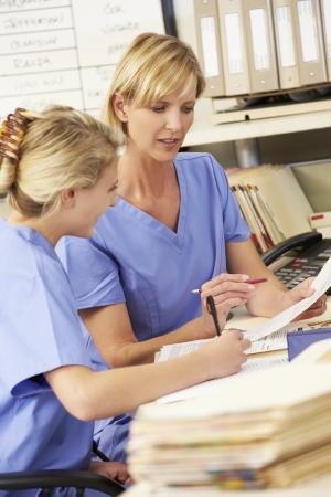pielęgniarki: Dwie pielęgniarki pracujący w Pielęgniarek Station