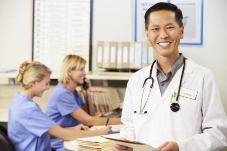 amigas conversando: Doctor Con Dos enfermeras que trabajaban en la estaci�n de enfermeras