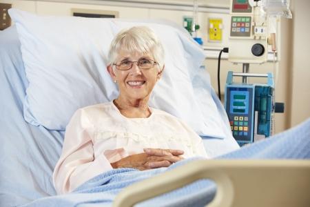 paciente: Retrato de paciente femenino senior relajante en cama de hospital