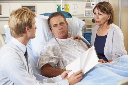 femme inqui�te: Doctor Talking To Couple Sur Ward