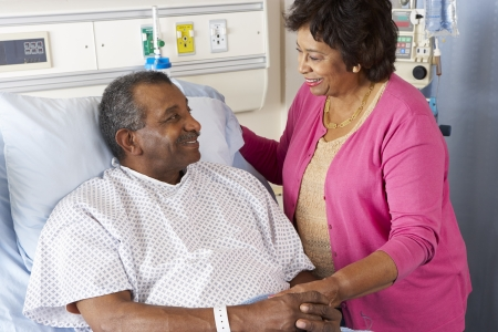 malade au lit: Femme Senior Visiting mari Ward