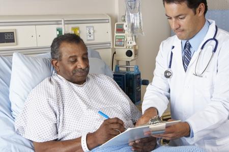 Consentimiento Médico Explicando formulario Para paciente mayor Foto de archivo