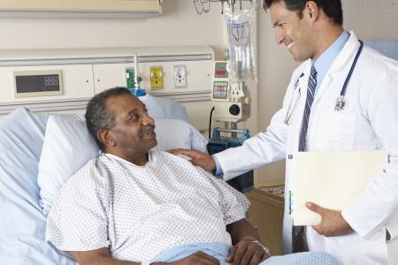paciente: M�dico Visitante paciente mayor de hombre a la sala