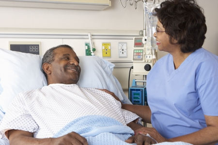 enfermera y paciente: Nurse Talking To Patient senior masculino en la sala