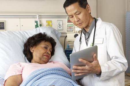 enfermera con paciente: M�dico que usa la tableta digital de Hablando Con El Paciente Mayor