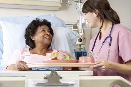enfermera con paciente: Enfermera Servir comidas Superior paciente en cama de hospital