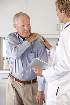 douleur epaule: M�decin examinant patient avec douleur � l'�paule