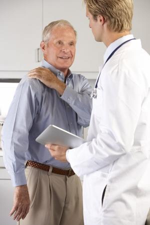 dolor hombro: Examen m�dico paciente con dolor de hombro Foto de archivo