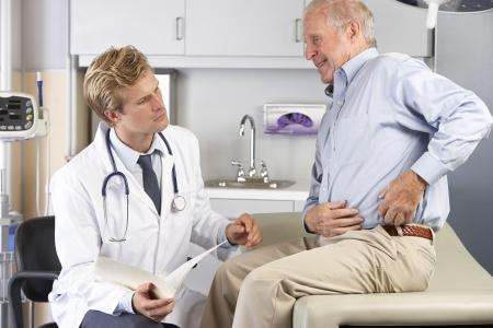 Examen médico paciente con dolor en las caderas Foto de archivo