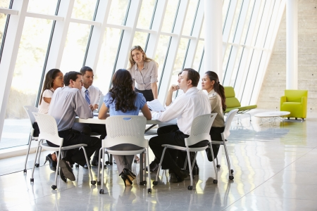 reuniones empresariales: Las personas de negocios que tienen reuni�n de la Junta en la oficina moderna