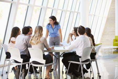 företag: Affärsmän med styrelsemöte i Modern Office