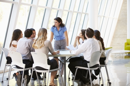 commerciali: Business People Avere riunione consiliare in ufficio moderno
