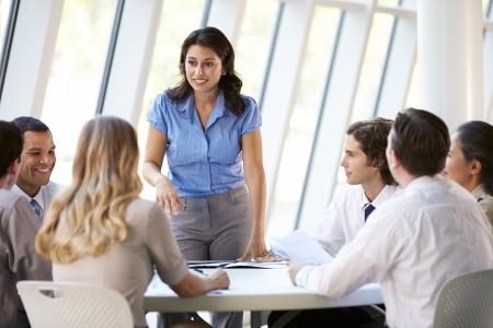 �board: Las personas de negocios que tienen reuni?n de la Junta en la oficina moderna