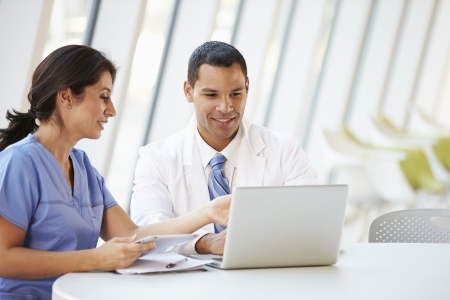 enfermeros: Doctor Y Enfermera Tener reuni�n informal en el comedor del Hospital