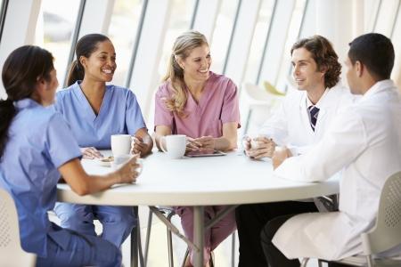 staff medico: Personale medico Chiacchierando In moderno ospedale Mensa