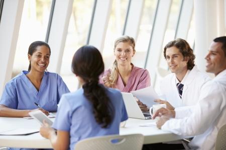 pielęgniarki: Medyczne Spotkanie zespoÅ'u Around tabeli w nowoczesny szpital Zdjęcie Seryjne