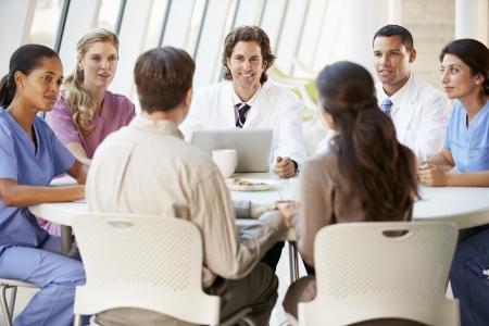 personal medico: Equipo M�dico discutir las opciones de tratamiento con los pacientes