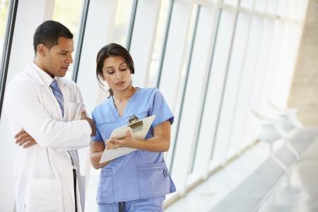 staff medico: Personale medico, avendo la discussione moderno ospedale Corridoio