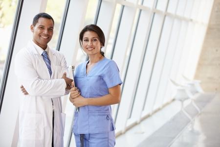 staff medico: Ritratto di personale medico nel corridoio del moderno ospedale Archivio Fotografico