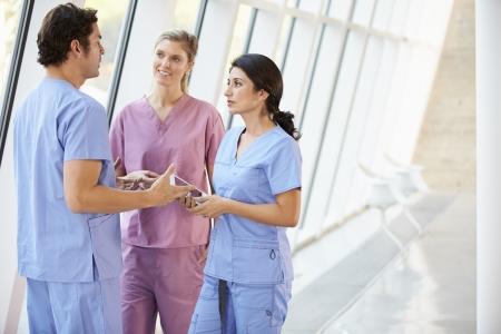 staff medico: Personale medico parlare nel corridoio di ospedale con Ultramobile Archivio Fotografico