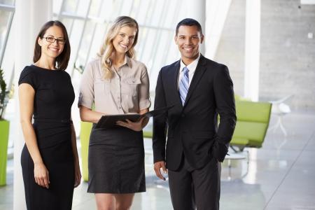 reuniones empresariales: Empresarios Tener reuni�n informal en la oficina moderna