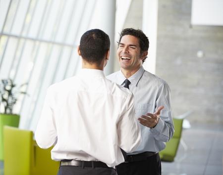 Dos hombres de negocios La reuni�n informal en la oficina moderna Foto de archivo - 18735433