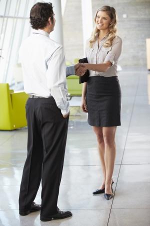 deux personnes qui parlent: Mains Homme d'affaires et femme d'affaires se serrant Dans Office