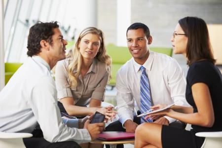 emberek: Üzletemberek A Digital Tablet Miután találkozó Iroda Stock fotó