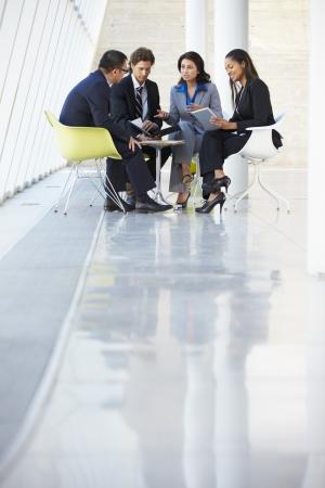 reunion de personas: Los empresarios tener la reuni�n en la oficina moderna