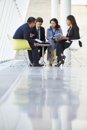 verticales: Los empresarios tener la reuni�n en la oficina moderna
