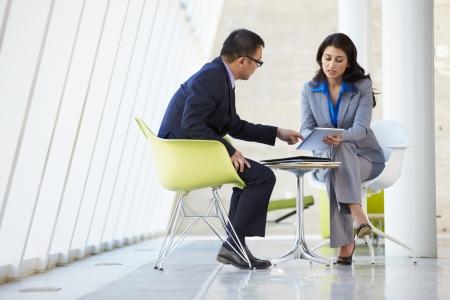 üzlet: Üzletember, üzletasszony találkozó a modern irodai