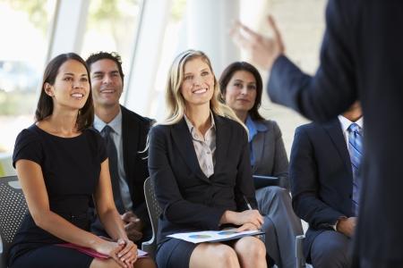 conferentie: Publiek luisteren naar presentatie op conferentie Stockfoto