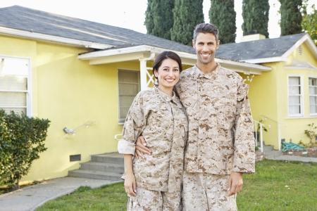 soldado: Pareja militar en uniforme de pie fuera de la casa