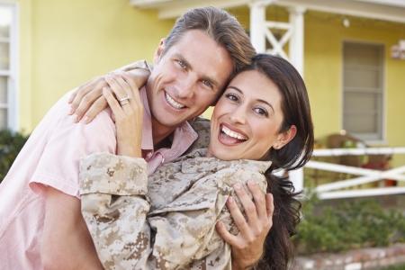 Echtgenoot Gastvrije Vrouw Thuis met het Leger verlof Stockfoto