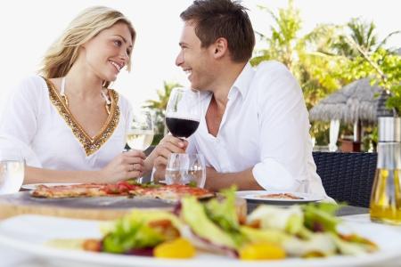 야외 레스토랑에서 식사를 즐기는 커플