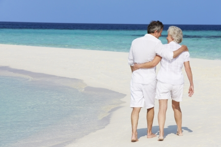 senioren wandelen: Senior romantische paar lopen op mooi tropisch strand