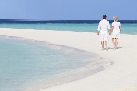 ancianos caminando: La pareja rom?ntica Senior Walking On Hermosa Playa Tropical