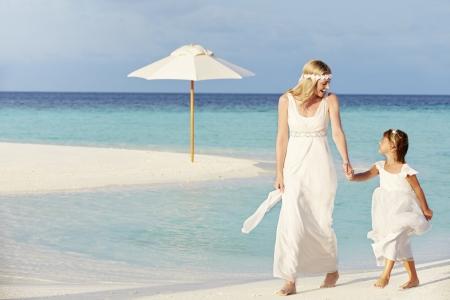 niños caminando: Novia con la dama de honor en la boda Hermosa Beach