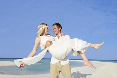 boda en la playa: Novio Novia que lleva en la boda Hermosa Beach
